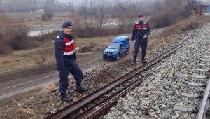 1 tona yakın tren rayı çaldılar, jandarmaya yakalandılar