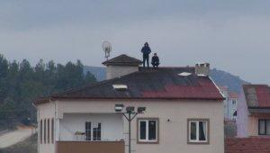 6 katlı apartmanın çatısından tribündeymiş gibi maç seyrettiler