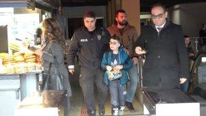 8 yaşındaki Arda okul yolunda kayboldu, imdadına Polis Amcaları yetişti - Bursa Haberleri
