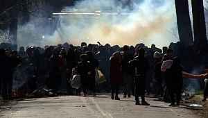 AB'ye geçiş kapılarının açılmasıyla sınıra akın eden mültecilere Yunanistan'dan insanlık dışı müdahale