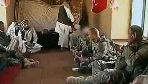Afganistan'da bir köy evine giren Fransız askerler duvarda asılı Türk bayrağıyla karşılaştı