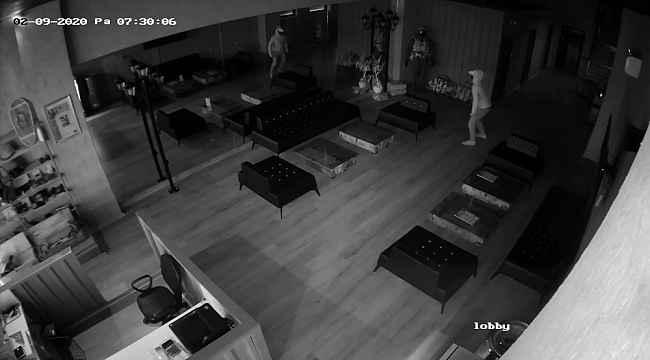 Aynadaki yansımasından korkan hırsız 6 saniyede iş yerini terk etti