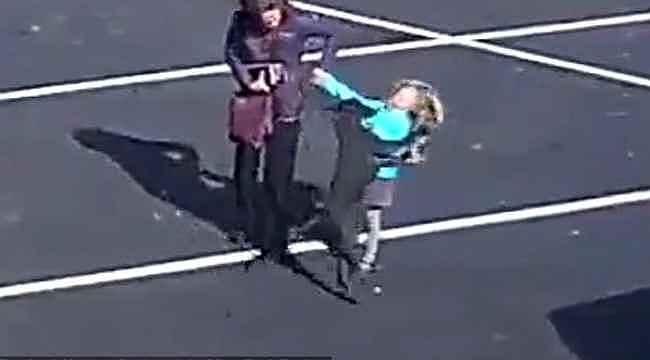 Başıboş köpek, sokak ortasında küçük kızı parçalıyordu