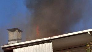 Binanın çatısı alev alev yandı, vatandaşlar canlı yayın yaptı