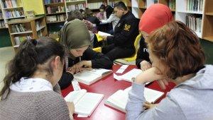 Bu ilçede bütün idareciler öğrencilerle beraber kitap okuyor - Bursa Haberleri