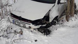 Buzda kayan otomobil şarampole yuvarlandı