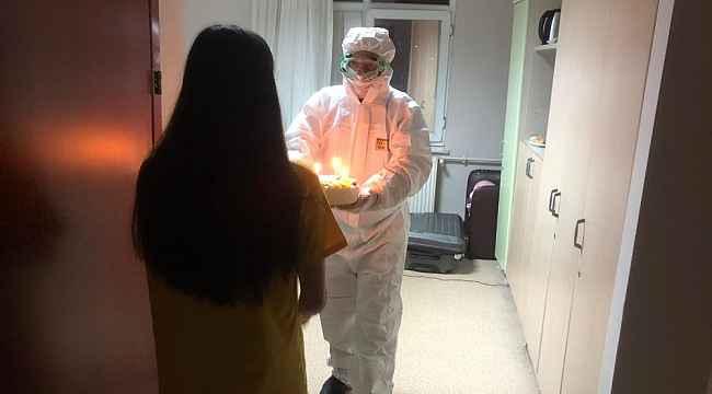 Çin'den tahliye edilen öğrenci doğum gününü karantina odasında kutladı