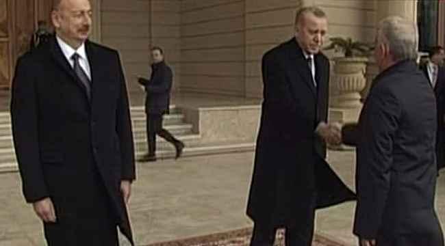 Cumhurbaşkanı Erdoğan'ı karşılama törenine damga vuran tokalaşma!