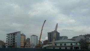 Depremde hasar gören minare böyle yıkıldı