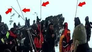 Ekipler, çığ altındakilere uzun çubuklarla ulaşmaya çalışıyor