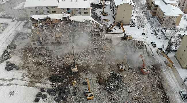 Elazığ'da ağır hasarlı yapıların yıkımı sürüyor