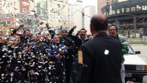 Eylemleri sonuç veren işçiler sendika başkanına konfetilerle teşekkür etti - Bursa Haberleri