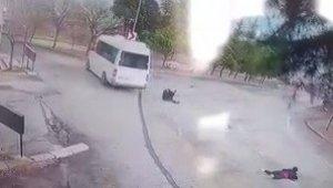 Freni boşalan minibüsten atladı, şimdi yaşam mücadelesi veriyor