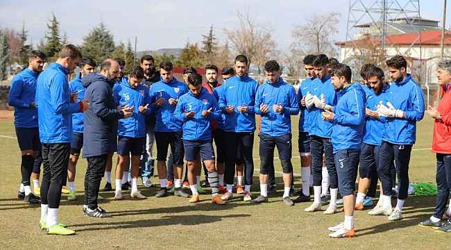 Futbolcular antrenman öncesi Mehmetçik için dua etti