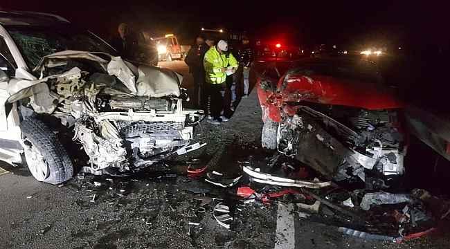İki araç kafa kafaya çarpıştıi ortalık savaş alanına döndü: Kaza'da 1'i çocuk 5 yaralı