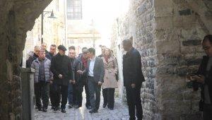 İlker Başbuğ, teröristlerin bombaladığı camide incelemelerde bulundu