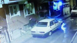 İstanbul'da semtteki araçlara dadanan multimedya teyp faresi kamerada