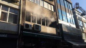Kadıköy'de 3 katlı binada yangın