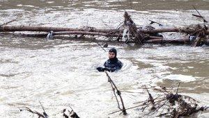 Kızını kurtarmak için ırmağa atlayan babayı arama çalışmaları sürüyor