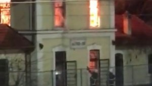 Kocaeli'de tarihi tren garı alev alev yandı