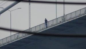 Köprüdeki intihar girişimi... Çevredekiler görüntülü görüşmeyle arkadaşına izletti