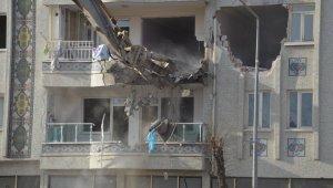 Malatya'da hasarlı binalar yıkılıyor