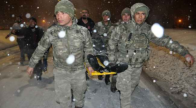 Mehmetçik, yaralanan vatandaşı ambulansa yetiştirmek için metrelerce sedyede taşıdı