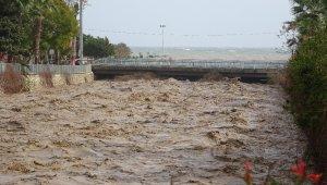 Mersin'de sel gelen derenin seviyesi kritik seviyeye ulaştı