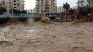 Mersin'de sel suları yükseldi, köprü trafiğe kapatıldı
