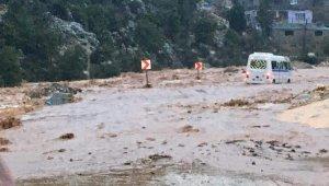 Mersin'de selde kalan öğrenci servisini itfaiye ekipleri kurtardı