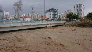 Mersin'de şiddetli yağış ve fırtına su taşkınlarına neden oldu