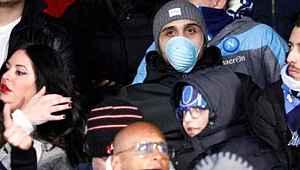Napoli-Barcelona maçına, tribünde maske takan taraftarlar damga vurdu
