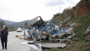 Oto camı yüklü tır devrildi, şehirlerarası yolda uzun araç kuyrukları oluştu - Bursa Haberleri