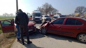 Otomobiller kafa kafaya çarpıştı: 3 yaralı - Bursa Haberleri