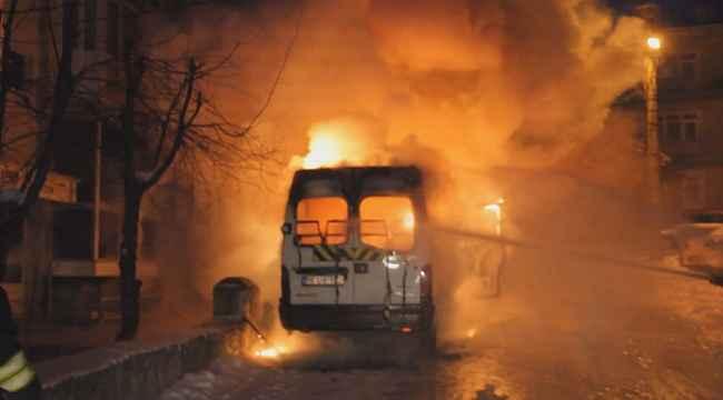 Park halindeki minibüs alev alev yandı - Bursa Haberleri