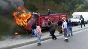 Pazarcılar, yanan kamyonetlerini damacanayla su dökerek söndürmeye çalıştı