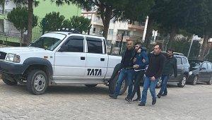 Polis aracına çarpan şüpheliler kıskıvrak yakalandı