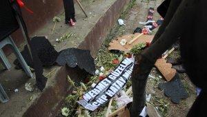 Şehit cenazesinde CHP'li vekillerin çelenklerini parçaladılar