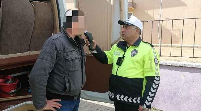 Servis şoförü alkollü çıktı, öğrencileri okula polis bıraktı