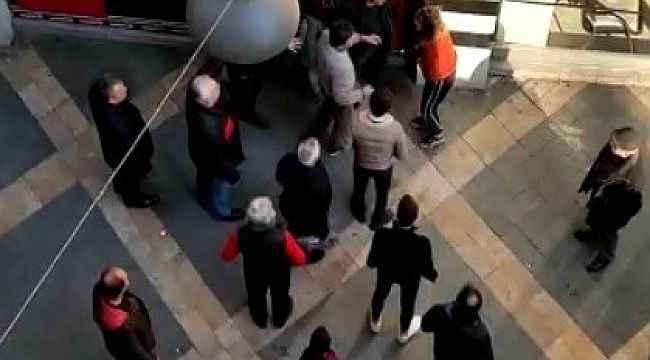 Sokak ortasında kızlarına kavgasına tokatlı tepki