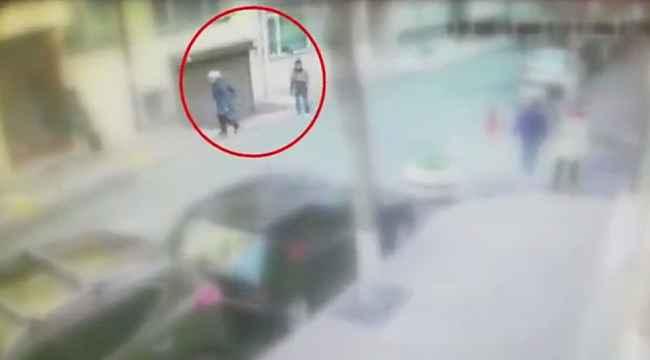 Sokakta yürüyenlerin cüzdanını çalan 12 yaşındaki çocuk kamerada