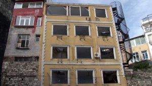 Tarihi çeşmenin üzerine yapılan otel balyozla yıkılıyor