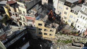 Tarihi surlar ve çeşmenin üzerindeki oteller yıkıldı