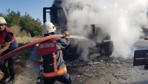 Tarsus'ta TEM'de seyir halindeki kamyon yandı