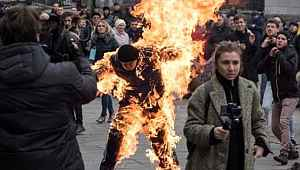 Ukrayna'da hükümeti protesto eden vatandaş, kendini ateşe verdi