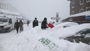 Uludağ'da tatilciler karlar altında kalan araçlarını böyle aradı - Bursa Haberleri
