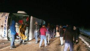 Yolcu otobüsü devrildi... Çok sayıda yaralı var
