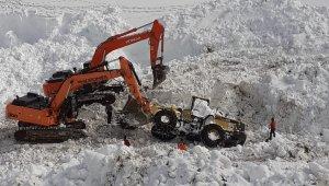 42 kişinin hayatını kaybettiği çığın altındaki iş makineleri çıkarılıyor