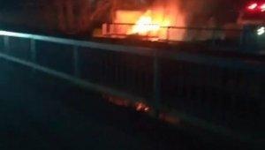 Alev alev yanan otomobil kül oldu
