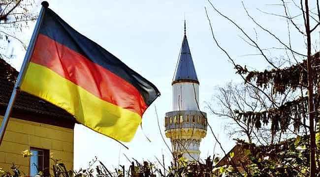 Almanya'daki camilerde cemaatle namaz kılınması yasaklandı